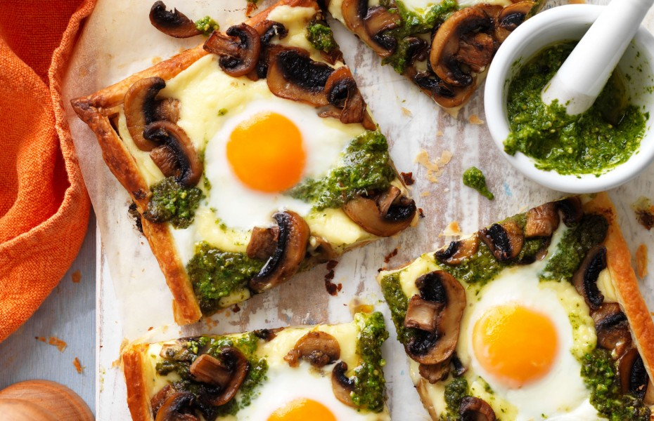 Breakfast tart with puff pastry and egg