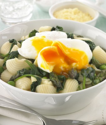 Poached egg and green vegetable pasta