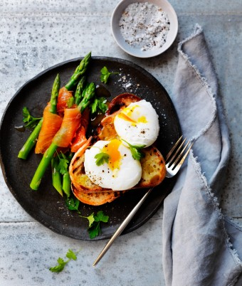 Poached eggs with asparagus dippers