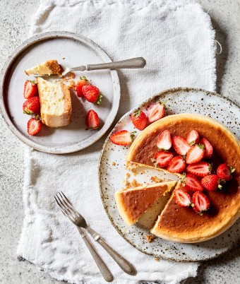 new york baked cheesecake with strawberries