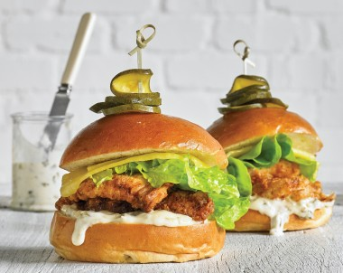 Crunchy chicken burgers with aioli