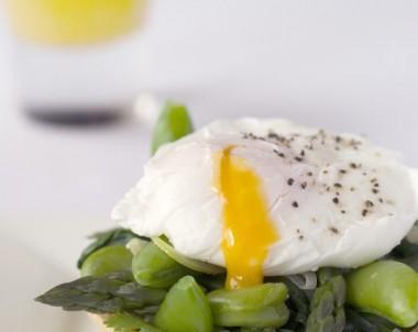 Green vege tarts with soft egg