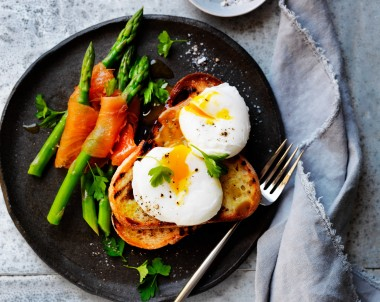 Smoked Salmon, asparagus and poached eggs recipe