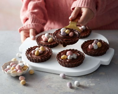 Chocolate tarts with Easter eggs