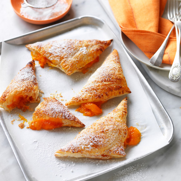 This delicious apricot turnover with sugared puff pastry recipe is a quick and easy dessert that the whole family will love. This seasonal dessert is the perfect summertime treat.