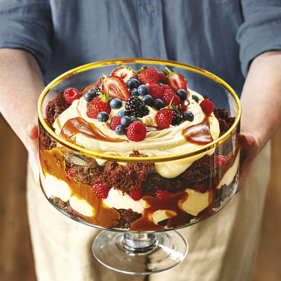 Caramel trifle with berries