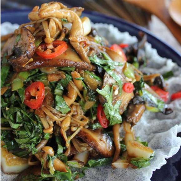 Mushroom and baby choy sum salad with ginger and garlic