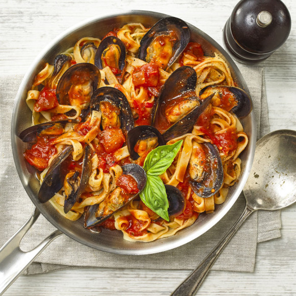 Mussels recipe made with fettuccine with napoli sauce