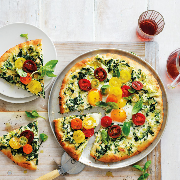 If you're looking for a breakfast recipe or an easy dinner recipe, try these spinach, tomato & egg pizzas. This Florentine pizza recipe is family friendly and delicious.